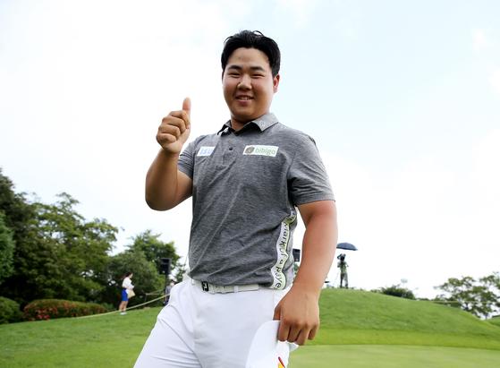 SK텔레콤 오픈에서 우승한 뒤 동료들의 축하 물 세례를 받고 환하게 웃는 김주형. [사진 KPGA]
