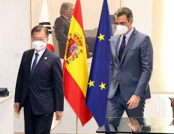 스페인을 국빈 방문 중인 문재인 대통령이 16일(현지시간) 스페인 마드리드 몬클로아 총리궁에서 페드로 산체스 총리와 서명식을 지켜보고 산체스 총리의 안내를 받으며 회담장으로 이동하고 있다. 연합뉴스
