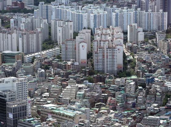 서울 연립·다세대(빌라) 거래량이 5개월 연속 아파트를 넘어섰다.  16일 서울부동산정보광장에 따르면 지난 5월 서울 빌라 거래량은 5156건으로 아파트 거래량 4098건보다 1000건 이상 많았다. 16일 서울 여의도 63전망대에서 바라본 아파트와 빌라촌의 모습. 뉴스1