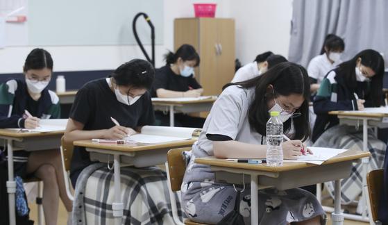 2022학년도 대학수학능력시험 6월 모의평가가 치러진 3일 오전 울산 중구 학성여자고등학교 3학년 교실에서 학생들이 시험을 보고 있다. 뉴스1