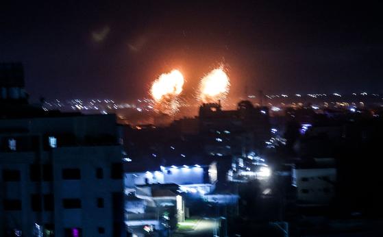 이스라엘 군 전투기가 16일(현지시간) 새벽 팔레스타인 가자지구 하마스 무장지기를 공습하고 있다.[AFP =연합뉴스]