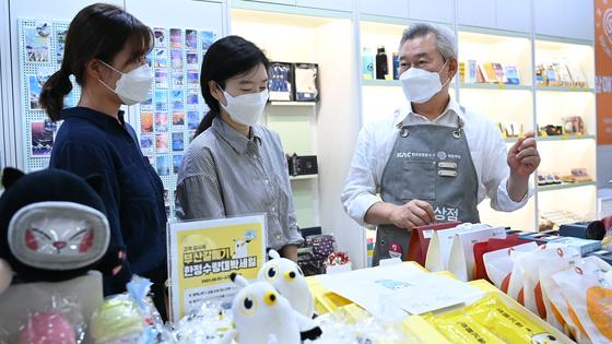 한국공항공사 손창완 사장(사진 맨 오른쪽)이 김해공항의 소공인 전용제품 상설판매점인 '갈매기상점'에서 물건을 팔고 있다. [사진 한국공항공사]