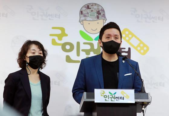 임태훈 군인권센터 소장과 김숙경 군성폭력상담소장. 뉴스1