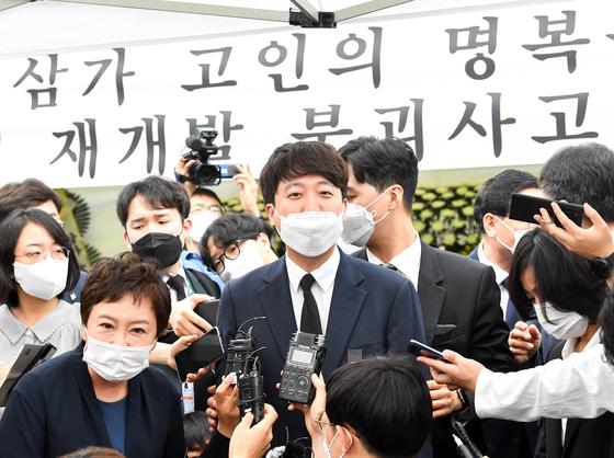 이준석 국민의힘 대표가 14일 오후 광주를 방문해 재개발 건물붕괴 희생자 분향소에 조문하고 있다. 프리랜서 장정필