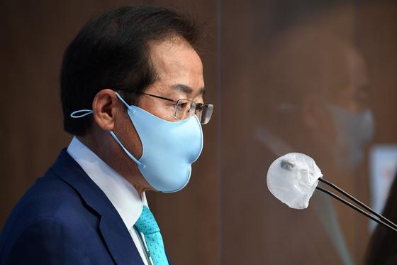 홍준표 무소속 의원이 지난 5월10일 서울 여의도 국회 소통관에서 기자회견을 하고 있다. 연합뉴스