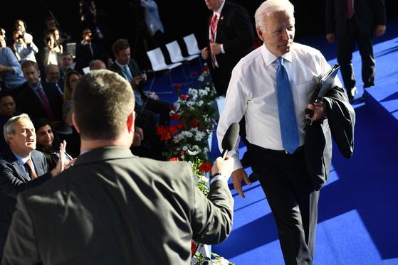 조 바이든 미국 대통령이 16일(현지시간) 미러 정상회담 후 가진 단독 기자회견에서 마지막 질문에 답변한 뒤 회견장을 빠져나가고 있다. [AFP=연합뉴스]