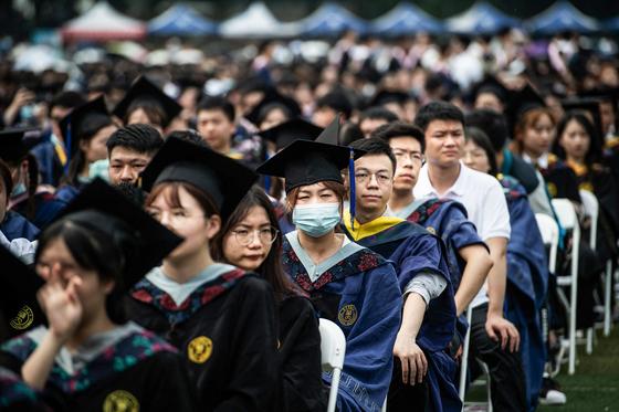 13일 열린 중국 우한화중사범대학 졸업식. 1만 1000명이 모였다. 사진에서 마스크를 낀 사람은 한 명만 눈에 띈다. AFP=연합뉴스