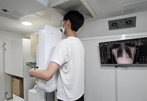 대한결핵협회 이동차량이 흉부엑스선검사를 하고 있다. 사진 뉴스1