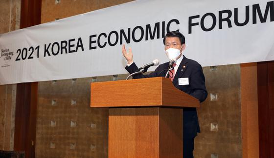 은성수 금융위원장이 17일 코리아중앙데일리-뉴욕타임스가 주최한 '2021 한국 경제 포럼(Korea Economic Forum)'에서 기조연설을 하고 있다. 박상문 기자