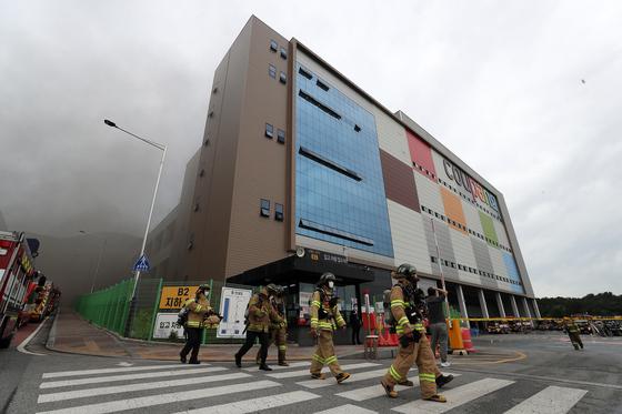 17일 오전 경기도 이천 쿠팡 덕평물류센터에서 화재가 발생해 소방대원들이 화재진압을 하고 있다. 뉴스1