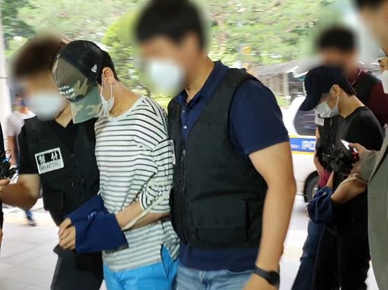15일 오전 마포 원룸 나체 사망사건의 피의자인 20대 초반 남성 2명이 서울서부지법에 구속영장실질심사를 받으러 출석하고 있다. 편광현 기자