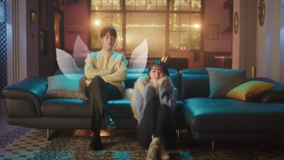 '간 떨어지는 동거'의 999살 구미호 신우여(장기용)와 99년생 인간 이담(혜리). [사진 tvN]
