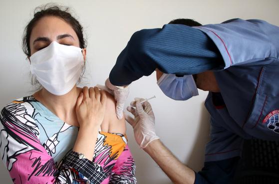 파키스탄에서 보건종사자가 화이자사의 코로나19 백신을 접종하고 있다. EPA=연합뉴스