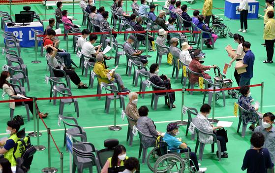 지난 16일 대전의 한 예방접종센터에서 의료진에게 화이자사의 코로나19 백신을 접종 받은 시민들이 이상반응 관찰을 위해 휴식하고 있다. 프리랜서 김성태