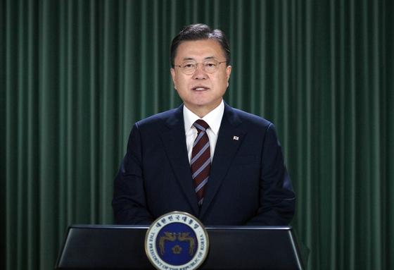 문재인 대통령이 17일 화상으로 개최된 제109차 국제노동기구(ILO) 총회에서 기조연설을 하고 있다. 청와대 제공