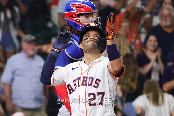 미국 텍사스주 휴스턴 미닛메이드 파크에서 열린 메이저리그 텍사스와 휴스턴의 경기에서 휴스턴 2루수 호세 알투베가 1회 말 선두타자 홈런을 날리고 홈을 밟고 있다. 사진=게티이미지