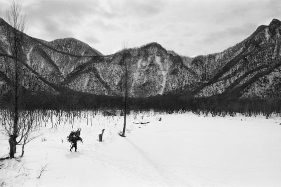 한국 대표 여성 사진가 이정진의 초기 작품세계를 엿볼 수 있는 다큐멘터리 사진 '심마니(SIMMANI)' 연작. [사진 SPACE22]