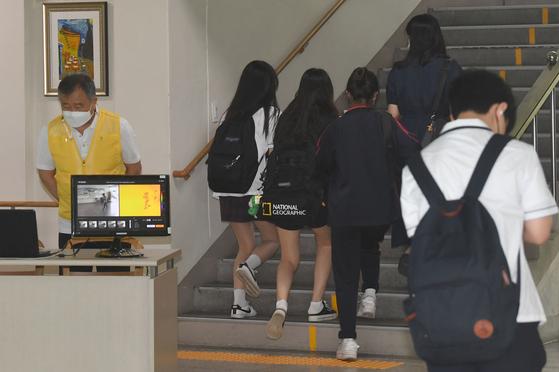 수도권 중학교 등교수업이 확대된 14일 서울 강남구 언주중학교에서 학생들이 등교를 하고 있다. [사진공동취재단]