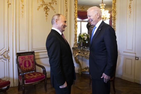 블라디미르 푸틴 대통령(왼쪽)과 조 바이든 미국 대통령이 16일(현지시간) 스위스 제네바에서 열린 미러 정상회담에서 만나 대화를 나누고 있다. AP=연합뉴스
