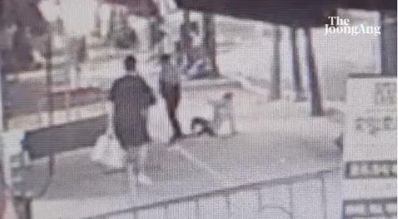 지난 13일 서울 강북구 미아동의 한 지하 주차장에서 20대 남성에게 폭행을 당한 여성이 범행 현장에서 기어 나와 시민들에게 도움을 요청하고 있다. 독자 제공