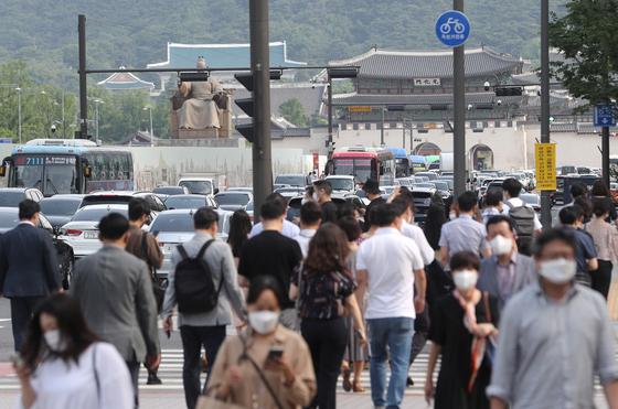 지난 9일 광화문 일대에서 출근하는 시민들. 뉴스1