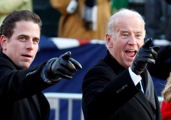 조 바이든(오른쪽) 미국 대통령과 그의 아들 헌터 바이든의 모습. 로이터=연합뉴스