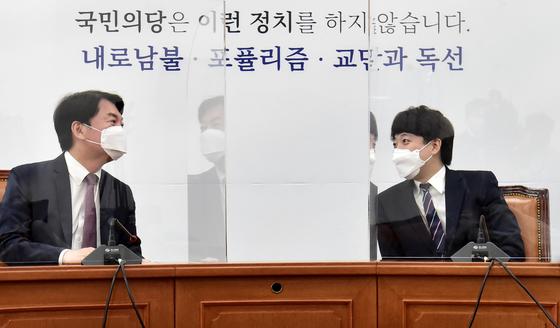 안철수 대표(왼쪽)가 16일 서울 여의도 국회 국민의당 대표 회의실에서 이준석 국민의힘 대표를 접견 후 환담을 갖고 있다. 오종택 기자
