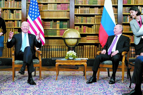 [사진] 바이든과 첫 회담, 지각대장 푸틴 15분 먼저 도착