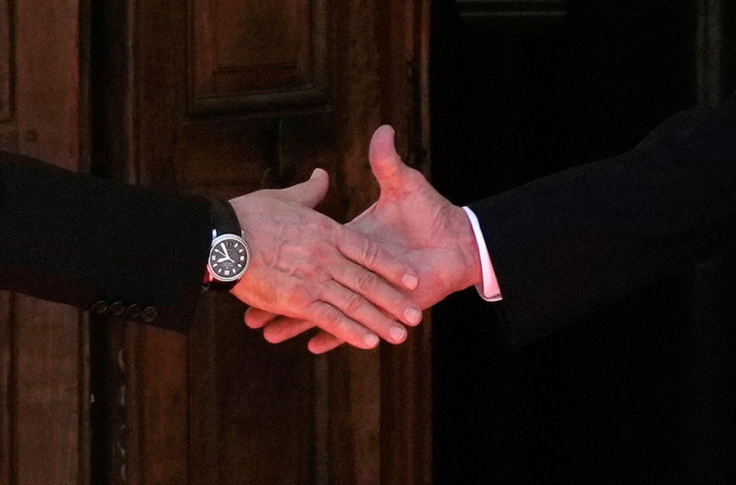 블라디미르 푸틴 러시아 대통령(왼쪽)과 조 바이든 미국 대통령이 16일 스위스 제네바 '빌라 라 그랑주'에서 만나 첫 정상회담을 열기에 앞서 악수하고 있다. AFP=연합뉴스