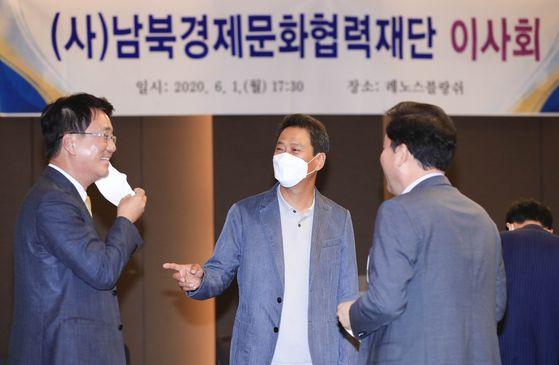 2020년 6월 1일 오후 서울 성동구 남북경제문화협력재단에서 열린 9기 이사회 1차 회의에 앞서 재단 이사인 임종석 전 청와대 비서실장이 참석자들과 대화하고 있다. 뉴시스