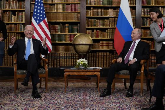 조 바이든 미국 대통령(왼쪽)과 블라디미르 푸틴 러시아 대통령이 16일(현지시간) 스위스 제네바의 18세기 고택인 '빌라 라 그렁주'에서 열린 첫 정상회담에 앞서 환담하고 있다. 지각하기로 유명한 푸틴 대통령은 이날 바이든 대통령보다 15분 먼저 도착했다. [AP]