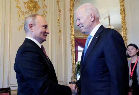 블라디미르 푸틴 러시아 대통령과 조 바이든 미국 대통령. 16일 첫 정상회담에서 만나 악수하고 있다. AFP=연합뉴스