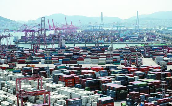 지난달 수출액이 32년 만에 최고치를 기록하는 등 한국 수출이 활기를 띠고 있다. 수출용 컨테이너로 가득찬 감만부두와 신선대부두. [연합뉴스]