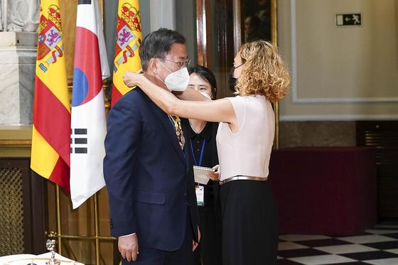 스페인을 국빈 방문 중인 문재인 대통령이 16일(현지시간) 스페인 마드리드 상원의사당에서 메리첼 바텟 하원의장에게 메달을 받고 있다. [청와대 제공]