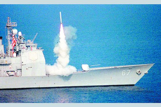 미 해군 순양함에서 토마호크 크루즈 미사일을 발사하는 모습. 중앙포토