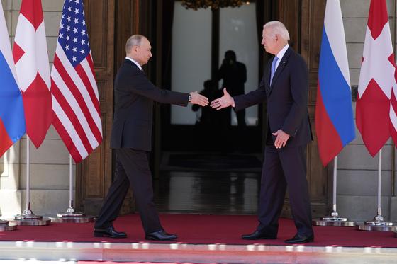 조 바이든 미국 대통령(오른쪽)과 블라디미르 푸틴 러시아 대통령이 16일 스위스 제네바에서 열린 정상회담에 앞서 악수하고 있다. 정상회담의 첫 세션은 토니 블링컨 국무장관과 세르게이 라브로프 외무장관만 배석한 채 2시간 정도 진행됐다고 CNN은 전했다. [AP=연합뉴스]