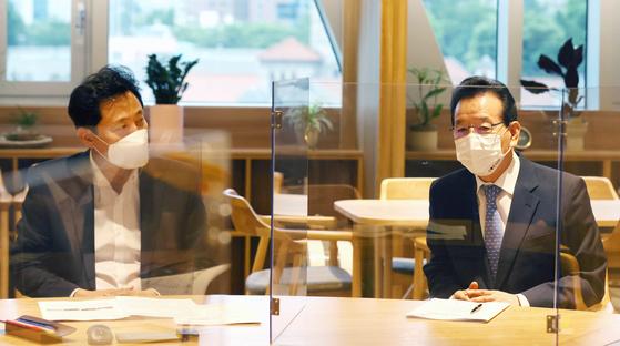 오세훈 서울시장(왼쪽)과 정순균 강남구청장이 17일 서울시청에서 강남 압구정아파트와 은마아파트의 재건축 추진 관련 면담을 하고 있다. 강남구 제공