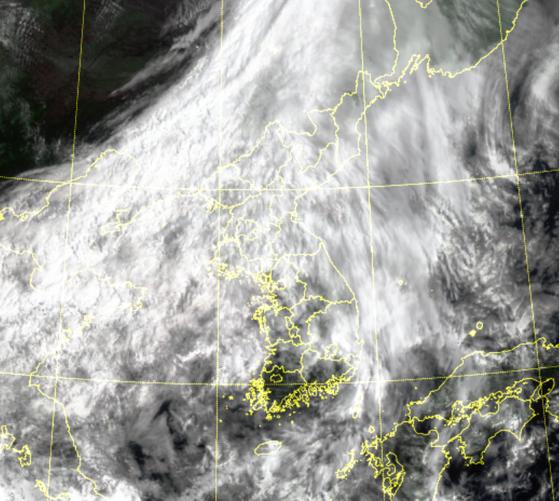 17일 오전 위성영상. 전국이 대부분 흐리고 금요일까지 일부 빗방울이 떨어질 것으로 보인다. 자료 기상청
