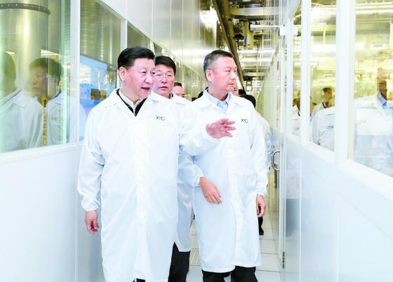 반도체 굴기를 선언한 중국의 시진핑 주석이 지난 2018년 4월 우한에 있는 반도체 업체 YMTC의 생산라인을 둘러보고 있다. [신화=연합뉴스]
