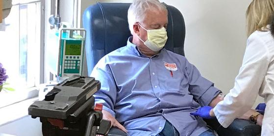2014년 알츠하이머 판정을 받은 마르크 아참볼트(70)가 알츠하이머 치료제 애드유헬름을 정맥 주사로 맞고 있다. [페이스북 @butler.org]