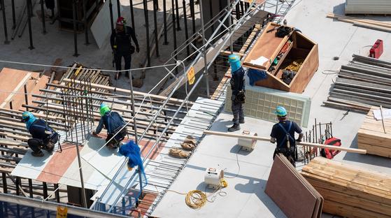 서울시내 한 아파트 공사현장에서 작업을 하는 인부들 모습. 뉴스1