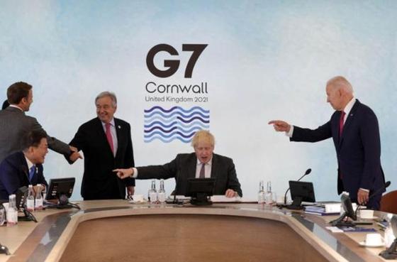 보리스 존슨 영국 총리(가운데)와 조 바이든 미국 대통령(오른쪽)이 문재인 대통령을 손가락으로 가리키는 장면. [온라인 커뮤니티]