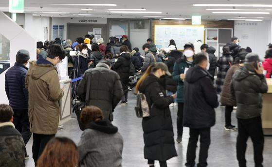 4일 오전 서울 마포구 서부고용복지플러스센터 실업급여 설명회장 앞이 구직자들로 북적이고 있다. 뉴스1