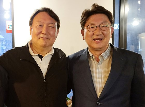 윤석열 전 검찰총장이 지난 5월 강원도 강릉에서 권성동 국민의힘 의원을 만나 기념사진을 찍고 있다. 독자 제공. 뉴스1