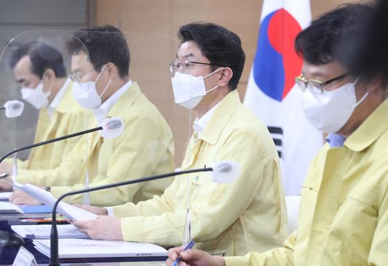 이억원 기획재정부 제1차관(오른쪽 세 번째)이 18일 오후 서울 종로구 정부서울청사에서 제38차 비상경제 중앙대책본부(중대본) 회의 겸 2021년 제4차 혁신성장전략회의 정례브리핑을 하고 있다.뉴스1