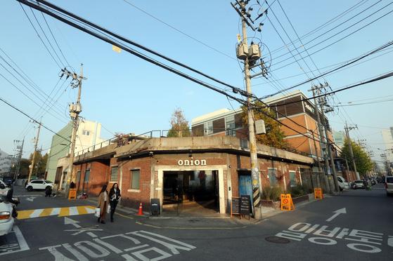 서울 성수동의 베이커리카페 '어니언'의 모습. 1970년대 지어진 공장을 한옥느낌으로 개조했다. 중앙포토