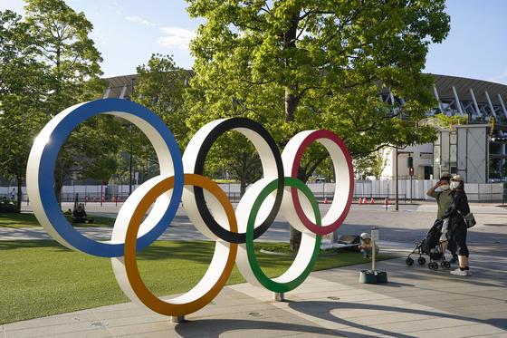 일본 도쿄 시내에 설치된 도쿄올림픽 조형물. [EPA=연합뉴스]