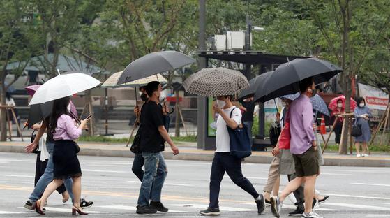 서울 세종로 광화문 네거리에서 시민들이 마스크를 쓴 채 출근길 발걸음을 재촉하고 있다. 뉴스1