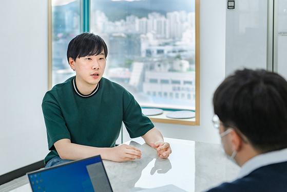 2021년 5월 26일 경기도 성남의 업라이즈 사무실에서 인터뷰하는 이충엽 대표의 모습. 업라이즈는 그가 3번째로 창업한 회사다. ⓒ최지훈