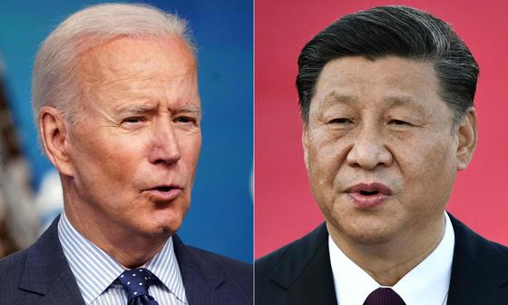 백악관은 17일(현지시간) 조 바이든 미국 대통령(왼쪽)이 조만간 시진핑 중국 국가주석과 만날 계기를 마련하는 작업에 들어갈 것이라고 밝혔다. [AFP=연합뉴스]
